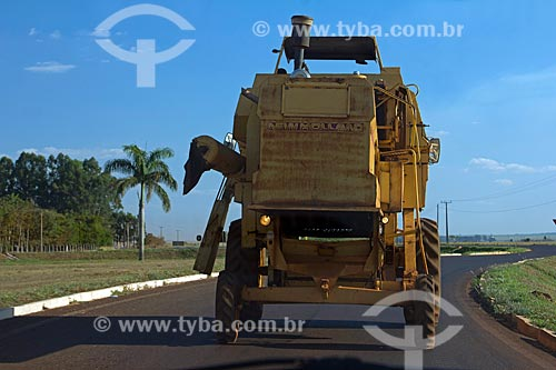 Colheitadeira transitando na Rodovia BR-060 próximo à Sidrolândia  - Sidrolândia - Mato Grosso do Sul (MS) - Brasil