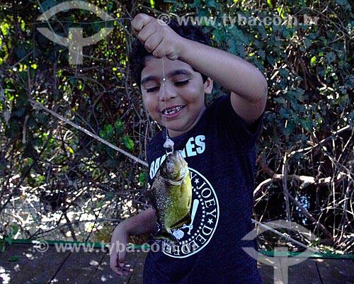 Detalhe de menino durante pesca de piranha no corixo São Domingos - afluente do Rio Miranda  - Miranda - Mato Grosso do Sul (MS) - Brasil