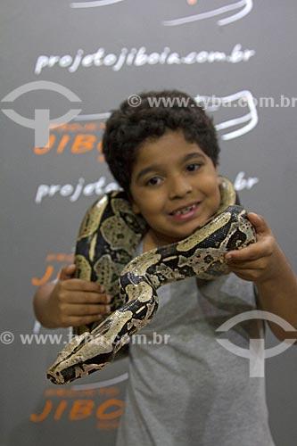 Menino segurando Jiboia-constritora (Boa constrictor) no Projeto Jibóia  - Bonito - Mato Grosso do Sul (MS) - Brasil