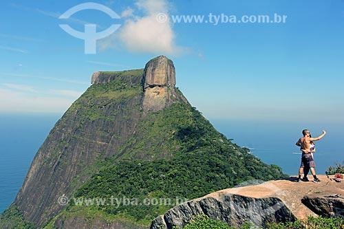 Casal fazendo uma selfie com a Pedra da Gávea ao fundo durante trilha no Parque Nacional da Tijuca  - Rio de Janeiro - Rio de Janeiro (RJ) - Brasil