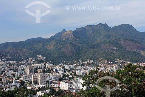 Vista do bairro da Freguesia a partir do pátio da Igreja de Nossa Senhora da Penna (Século XVIII) no Morro da Penna com o Parque Nacional da Tijuca ao fundo  - Rio de Janeiro - Rio de Janeiro (RJ) - Brasil
