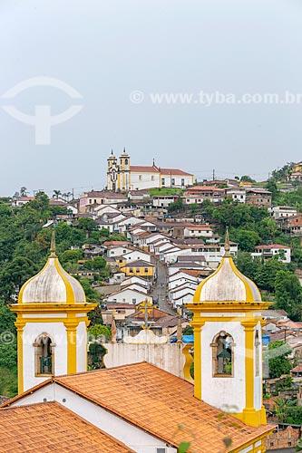 Vista do campanário da Igreja Matriz de Nossa Senhora da Conceição (1770) com a Igreja Matriz de Santa Efigênia (1785) ao fundo  - Ouro Preto - Minas Gerais (MG) - Brasil