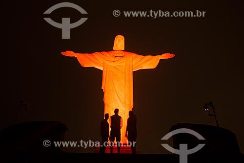 Cristo Redentor (1931) com iluminação especial - laranja - devido à Campanha contra o câncer de pele  - Rio de Janeiro - Rio de Janeiro - Brasil