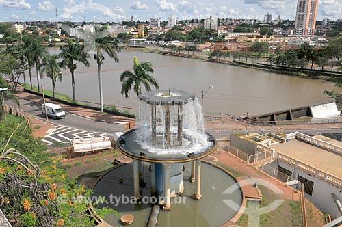 Aerador em frente ao Palácio das Águas - estação de tratamento de água - com a Represa Municipal de São José do Rio Preto ao fundo  - São José do Rio Preto - São Paulo (SP) - Brasil