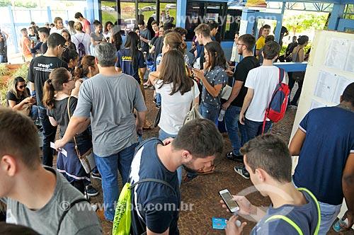 Alunos na entrada da Universidade Paulista (UNIP) aguardando para fazer a prova da FUVEST (primeira fase)  - São José do Rio Preto - São Paulo (SP) - Brasil