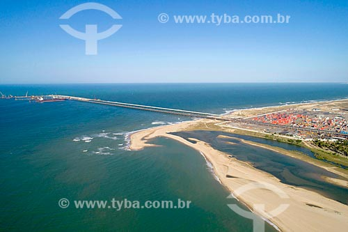 Foto feita com drone da Praia do Pecém com a esteira para minério de ferro entre a Companhia Siderúrgica do Pecém o Terminal Portuário do Pecém - parte do Complexo Industrial e Portuário do Pecém  - São Gonçalo do Amarante - Ceará (CE) - Brasil