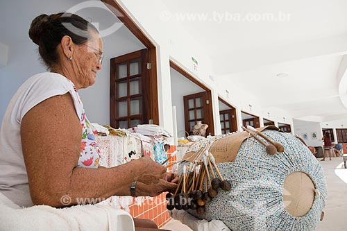 Mulher tecendo no interior do Centro das Rendeiras Luiza Távora  - Aquiraz - Ceará (CE) - Brasil