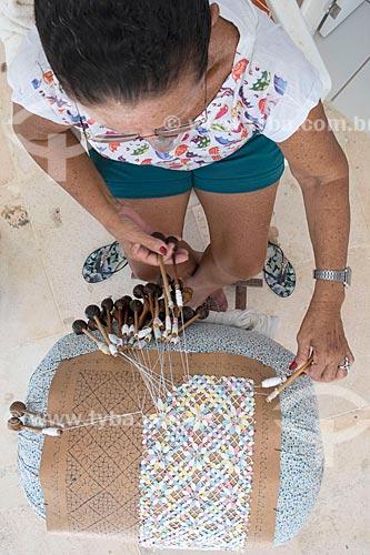 Detalhe de mulher tecendo no interior do Centro das Rendeiras Luiza Távora  - Aquiraz - Ceará (CE) - Brasil