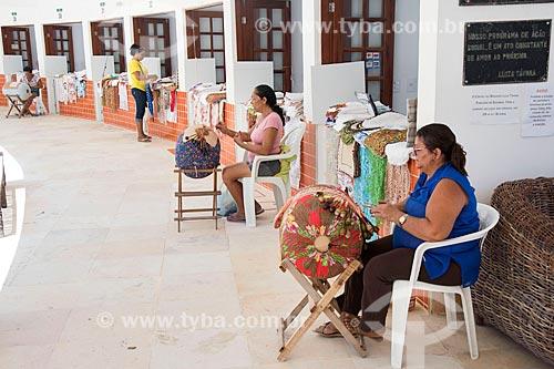 Mulheres tecendo no interior do Centro das Rendeiras Luiza Távora  - Aquiraz - Ceará (CE) - Brasil
