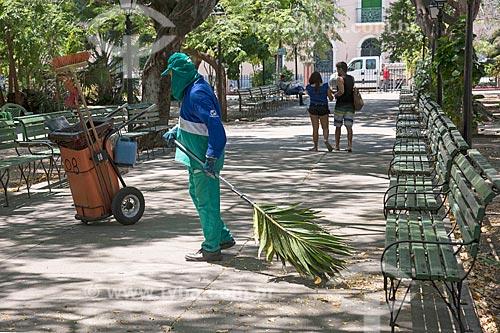 Gari usando folha de palmeira como vassoura na Praça dos Mártires (1864) - também conhecida como Passeio Público  - Fortaleza - Ceará (CE) - Brasil