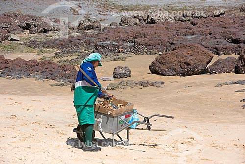 Gari limpando a areia em orla da cidade de Fortaleza  - Fortaleza - Ceará (CE) - Brasil