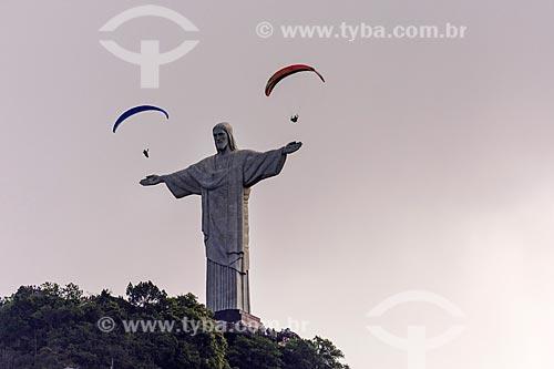 Parapentes com Cristo Redentor vistos a partir do bairro do Cosme Velho  - Rio de Janeiro - Rio de Janeiro (RJ) - Brasil