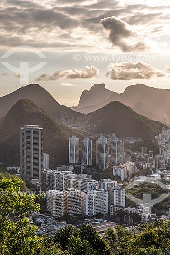 Vista do Condomínio residencial Morada do Sol a partir do mirante do Morro da Urca no Pão de Açúcar com a Pedra da Gávea ao fundo  - Rio de Janeiro - Rio de Janeiro (RJ) - Brasil