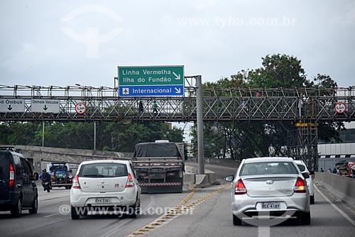 Tráfego na Avenida Brasil com acesso à Linha Vermelha à direita  - Rio de Janeiro - Rio de Janeiro (RJ) - Brasil