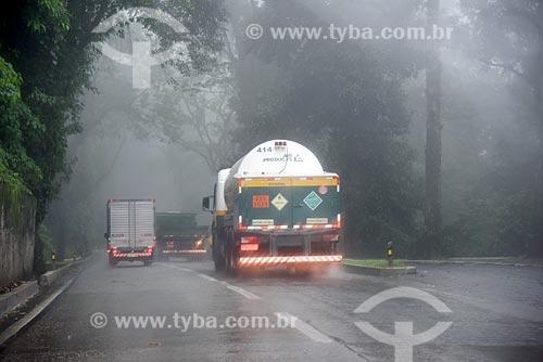 Caminhão-tanque na Rodovia Washington Luís (BR-040)  - Duque de Caxias - Rio de Janeiro (RJ) - Brasil