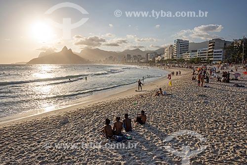 Pessoas observando o pôr do sol a partir da Praia do Arpoador  - Rio de Janeiro - Rio de Janeiro (RJ) - Brasil