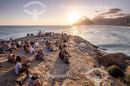 Pessoas observando o pôr do sol a partir da Pedra do Arpoador  - Rio de Janeiro - Rio de Janeiro (RJ) - Brasil