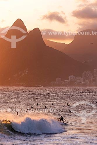 Surfistas na Praia de Ipanema com o Morro Dois Irmãos ao fundo  - Rio de Janeiro - Rio de Janeiro (RJ) - Brasil