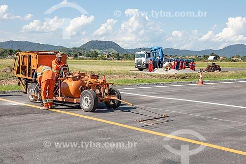 Funcionários da Prefeitura de Maricá fazendo a pintura de sinalização viária na pista do Aeroporto Laélio Baptista - mais conhecido como Aeroporto de Maricá  - Maricá - Rio de Janeiro (RJ) - Brasil
