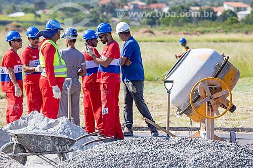 Funcionários da Prefeitura de Maricá durante obra na pista do Aeroporto Laélio Baptista - mais conhecido como Aeroporto de Maricá  - Maricá - Rio de Janeiro (RJ) - Brasil