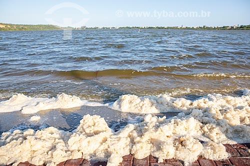 Detalhe de espuma na Lagoa da Barra de Maricá - também conhecida como Lagoa do Boqueirão - decorrente de assoreamento e movimentação orgânica  - Maricá - Rio de Janeiro (RJ) - Brasil
