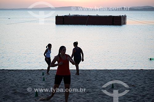 Silhueta de mulheres praticando treino funcional na orla da Lagoa de Araçatiba durante o pôr do sol  - Maricá - Rio de Janeiro (RJ) - Brasil