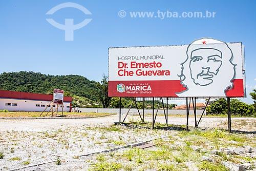 Outdoor com o Hospital Municipal Doutor Ernesto Che Guevara ao fundo  - Maricá - Rio de Janeiro (RJ) - Brasil