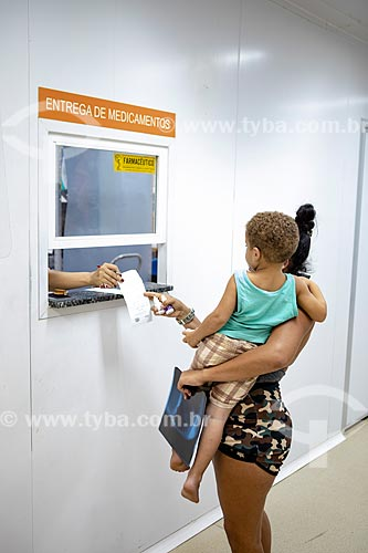 Mãe e filho sendo atendidos na seção de entrega de medicamentos da Unidade de Pronto Atendimento de Inoã (UPA)  - Maricá - Rio de Janeiro (RJ) - Brasil