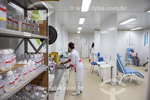 Frascos de soro na estante e enfermeira na sala de medicação e nebulização da Unidade de Pronto Atendimento de Inoã (UPA)  - Maricá - Rio de Janeiro (RJ) - Brasil