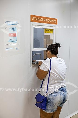 Mulher sendo atendidos na seção de entrega de medicamentos da Unidade de Pronto Atendimento de Inoã (UPA)  - Maricá - Rio de Janeiro (RJ) - Brasil