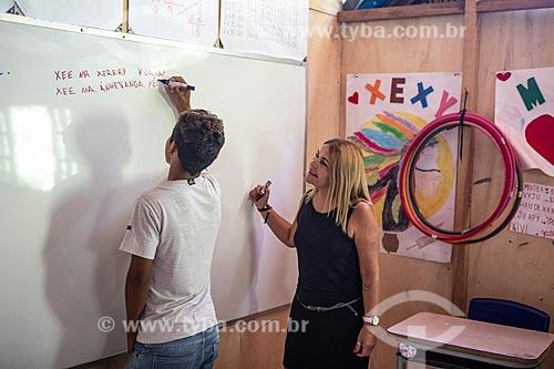 Aluno indígena escrevendo frases em Português e Guarani na Escola Municipal Indígena Bilíngue Guarani Kyringue Aranduá (Português - Guarani)  - Maricá - Rio de Janeiro (RJ) - Brasil