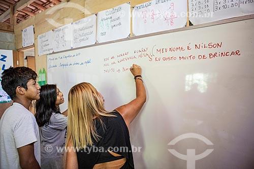 Professora e alunos indígenas escrevendo frases em Português e Guarani na Escola Municipal Indígena Bilíngue Guarani Kyringue Aranduá (Português - Guarani)  - Maricá - Rio de Janeiro (RJ) - Brasil