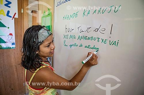 Aluna indígena escrevendo frases em Português e Guarani na Escola Municipal Indígena Bilíngue Guarani Kyringue Aranduá (Português - Guarani)  - Maricá - Rio de Janeiro (RJ) - Brasil