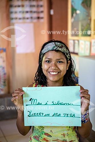 Aluna indígena segurando cartaz com o seu nome em Português e Guarani na Escola Municipal Indígena Bilíngue Guarani Kyringue Aranduá (Português - Guarani)  - Maricá - Rio de Janeiro (RJ) - Brasil
