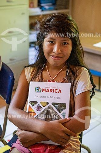 Aluna indígena abraçando um livro na Escola Municipal Indígena Bilíngue Guarani Kyringue Aranduá (Português - Guarani)  - Maricá - Rio de Janeiro (RJ) - Brasil