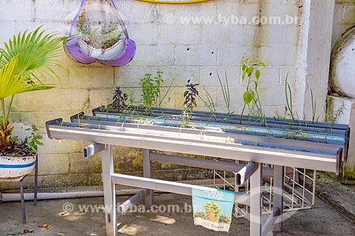 Calha para cultivo de hortaliças do Projeto Horta na Casa da Secretaria de Agricultura, Pecuária e Pesca da Prefeitura de Maricá  - Maricá - Rio de Janeiro (RJ) - Brasil