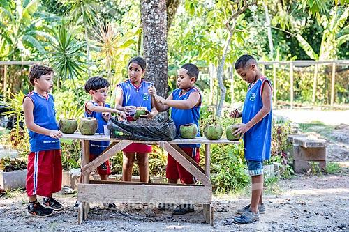 Alunos da rede municipal de ensino cultivando hortaliças no Projeto Horta no Coco da Secretaria de Agricultura, Pecuária e Pesca da Prefeitura de Maricá  - Maricá - Rio de Janeiro (RJ) - Brasil