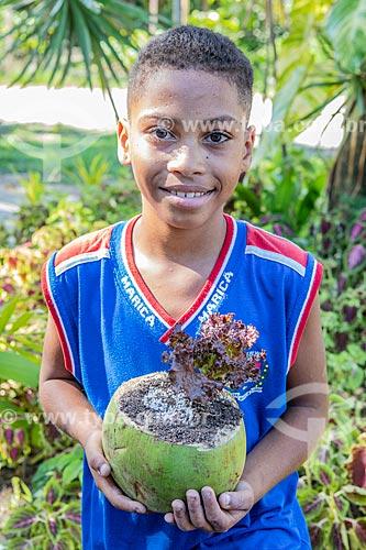 Aluno da rede municipal de ensino cultivando hortaliças no Projeto Horta no Côco da Secretaria de Agricultura, Pecuária e Pesca da Prefeitura de Maricá  - Maricá - Rio de Janeiro (RJ) - Brasil