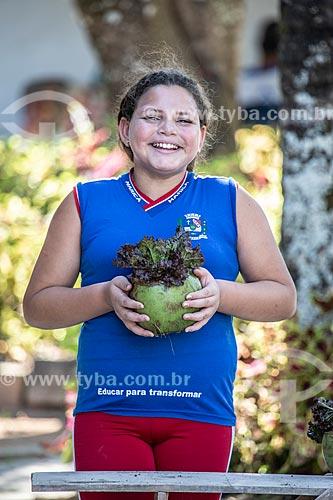 Aluna da rede municipal de ensino cultivando hortaliças no Projeto Horta no Côco da Secretaria de Agricultura, Pecuária e Pesca da Prefeitura de Maricá  - Maricá - Rio de Janeiro (RJ) - Brasil