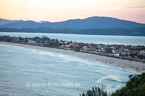 Vista de casas no distrito de Ponta Negra entre ao mar e a Lagoa de Guarapina durante o pôr do sol  - Maricá - Rio de Janeiro (RJ) - Brasil