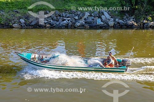 Pescadores em lancha no Canal de Ponta Negra  - Maricá - Rio de Janeiro (RJ) - Brasil