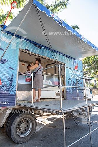 Mulher comprando peixe no Projeto Caminhão do Peixe da Secretaria de Agricultura, Pecuária e Pesca da Prefeitura de Maricá - projeto com objetivo de vender de peixe fresco à baixo custo  - Maricá - Rio de Janeiro (RJ) - Brasil