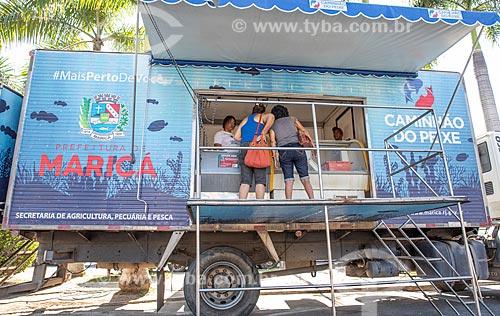 Mulheres comprando peixe no Projeto Caminhão do Peixe da Secretaria de Agricultura, Pecuária e Pesca da Prefeitura de Maricá - projeto com objetivo de vender de peixe fresco à baixo custo  - Maricá - Rio de Janeiro (RJ) - Brasil