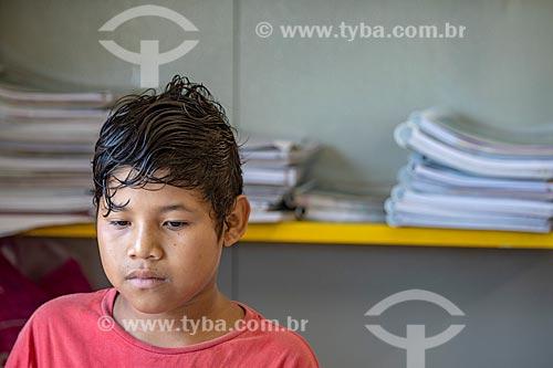 Aluno indígena na Escola Municipal Indígena Bilíngue Guarani Para Poty Nhe Já (Português - Guarani) na Aldeia Mata Verde Bonita (Tekoa Ka Aguy Ovy Porã) da Tribo Guarani  - Maricá - Rio de Janeiro (RJ) - Brasil