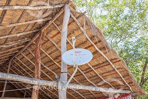 Antena parabólica da Sky - serviço de televisão por assinatura - em construção em madeira com cobertura de sapé na Aldeia Mata Verde Bonita (Tekoa Ka Aguy Ovy Porã) da Tribo Guarani  - Maricá - Rio de Janeiro (RJ) - Brasil