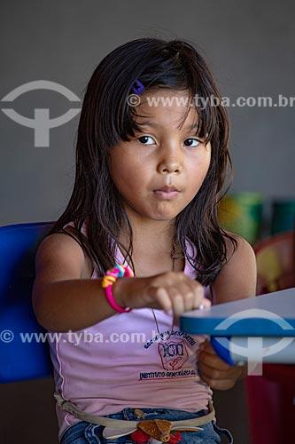 Aluna indígena na Escola Municipal Indígena Bilíngue Guarani Para Poty Nhe Já (Português - Guarani) na Aldeia Mata Verde Bonita (Tekoa Ka Aguy Ovy Porã) da Tribo Guarani  - Maricá - Rio de Janeiro (RJ) - Brasil