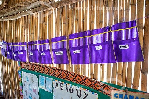 Compartimentos individuais dos alunos para guarda de seus trabalhos na sala de aula da Escola Municipal Indígena Bilíngue Guarani Para Poty Nhe Já (Português - Guarani) na Aldeia Mata Verde Bonita (Tekoa Ka Aguy Ovy Porã)  - Maricá - Rio de Janeiro (RJ) - Brasil