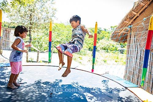 Alunos indígenas brincando em cama elástica durante a festa de encerramento do ano letivo na Escola Municipal Indígena Bilíngue Guarani Para Poty Nhe Já (Português - Guarani)  - Maricá - Rio de Janeiro (RJ) - Brasil