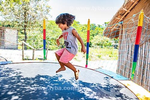 Aluno indígena brincando em cama elástica durante a festa de encerramento do ano letivo na Escola Municipal Indígena Bilíngue Guarani Para Poty Nhe Já (Português - Guarani)  - Maricá - Rio de Janeiro (RJ) - Brasil