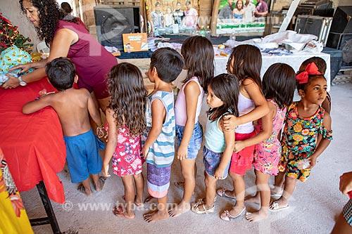Alunos indígenas em fila para receber os presentes durante a festa de encerramento do ano letivo na Escola Municipal Indígena Bilíngue Guarani Para Poty Nhe Já (Português - Guarani)  - Maricá - Rio de Janeiro (RJ) - Brasil